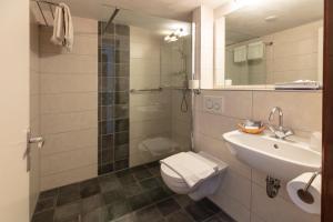 A bathroom at Amsterdam Wiechmann Hotel