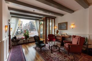 Ein Sitzbereich in der Unterkunft Amsterdam Wiechmann Hotel