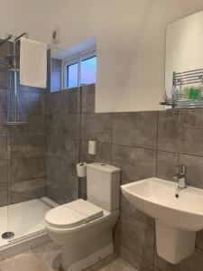A bathroom at Oakwood Farm Mews Chester