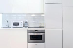 A kitchen or kitchenette at B&B Apartamentos Madrid Centro Fuencarral 46
