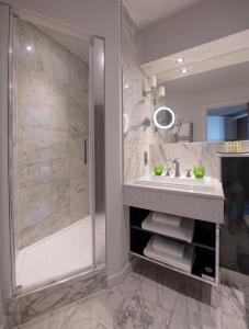 A bathroom at Boulevard Hotel