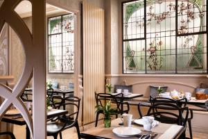 A restaurant or other place to eat at Grand Hotel des Balcons