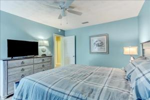 A bed or beds in a room at Fernandina Shores condo