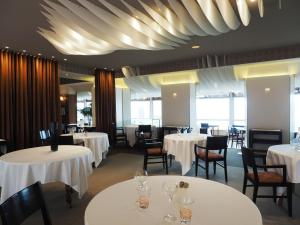 A restaurant or other place to eat at Hôtel de Carantec