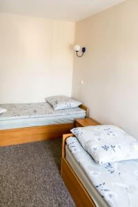 Кровать или кровати в номере Hostel Barbórka