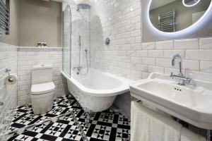 A bathroom at Mercure Brighton Seafront Hotel