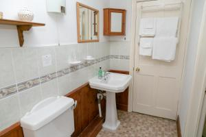 A bathroom at The Garden House B&B