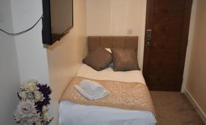 A bed or beds in a room at NormanHurst Hotel