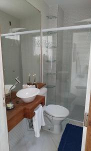 A bathroom at Apartamento espaçoso localizado no Centro de Angra dos Reis