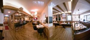 A restaurant or other place to eat at Grüner Baum Naturparkhotel & Schwarzwald-Restaurant