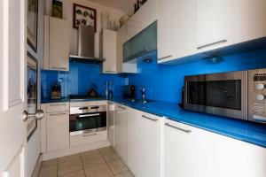 A kitchen or kitchenette at St George's Square Apartment!