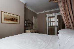 A bed or beds in a room at St George's Square Apartment!