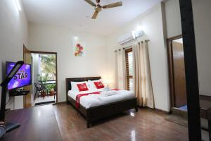 A television and/or entertainment centre at LikeMyHome Homestay Mysore