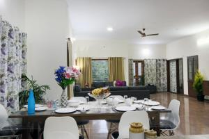 A restaurant or other place to eat at LikeMyHome Homestay Mysore