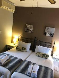 A bed or beds in a room at Abbots Cove BnB