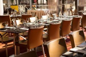 Restaurant ou autre lieu de restauration dans l'établissement Novotel Bucharest City Centre