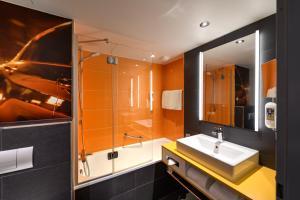 A bathroom at Mercure Hotel Köln West