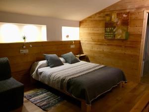 A bed or beds in a room at Hotel Camp del Serrat