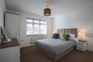 A bed or beds in a room at Vale House