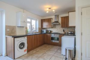 A kitchen or kitchenette at Vale House