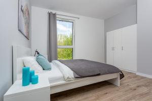 A bed or beds in a room at Chill Apartments Ursynów