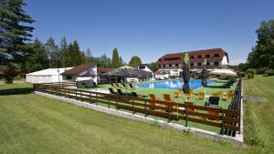 Bazén v ubytování Sporthotel Kácov nebo v jeho okolí