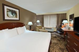 A bed or beds in a room at DoubleTree by Hilton Mahwah