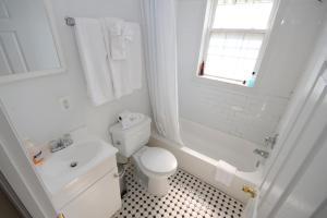 A bathroom at COZY - 2 Bdrm Home-FREE Parking