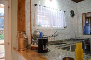 A kitchen or kitchenette at CASA ENCANTADINHA