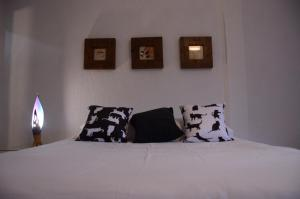 A bed or beds in a room at CASA ENCANTADINHA