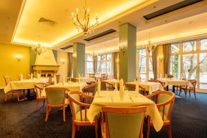 A restaurant or other place to eat at INSELHOTEL Potsdam