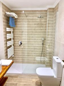 A bathroom at Hotel Tres Coronas de Silos