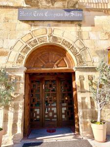 The facade or entrance of Hotel Tres Coronas de Silos