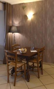 Restaurant ou autre lieu de restauration dans l'établissement Auberge du Couvige