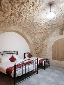 A bed or beds in a room at Qandeel - Dar Botto