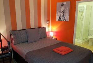A bed or beds in a room at Robin 7 Lodge City Centre