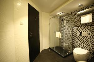 A bathroom at The Lagoona Resort