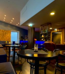 The lounge or bar area at Hotel Laki