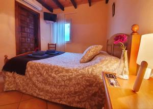 A bed or beds in a room at Pensión El Barrio