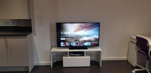 A television and/or entertainment center at Sterling Modern Apartment, Greenhithe 2 with Netflix