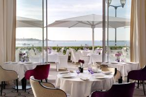 A restaurant or other place to eat at Grand Hôtel Thalasso & Spa