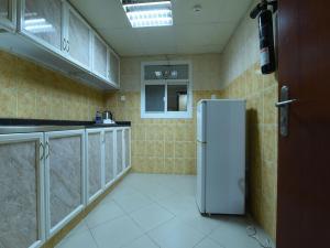 مطبخ أو مطبخ صغير في OYO 274 California Suites