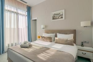 Un pat sau paturi într-o cameră la New Era Hotel