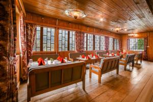 A restaurant or other place to eat at Summit Alpine Resort