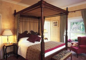 A bed or beds in a room at Ross Lake House Hotel
