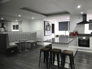A kitchen or kitchenette at The Picture House Apartments