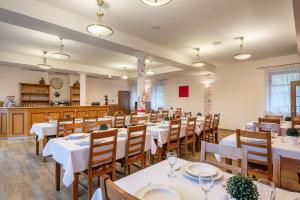 A restaurant or other place to eat at Pytloun Wellness Hotel Hasištejn