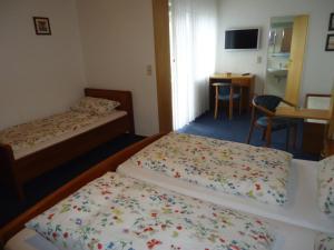 Ein Bett oder Betten in einem Zimmer der Unterkunft Hotel Leise Garni