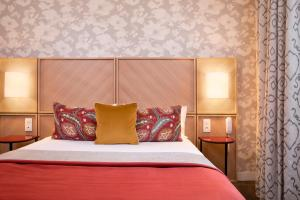 A bed or beds in a room at Jardins Eiffel