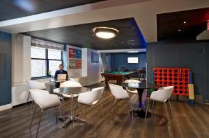 The lounge or bar area at HI Washington, DC Hostel